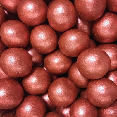 bolas rojas metalizadas brillanes de chocolate