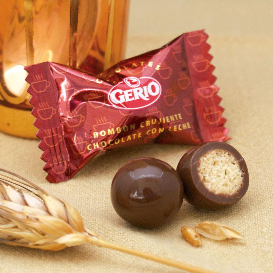 Bola de cereal cubierta de chocolate con leche